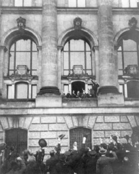 1918: Philip Scheidemann udråber Weimar republikken