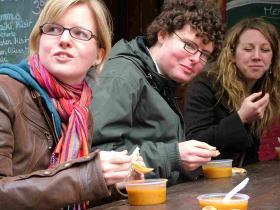På madtur i Kreuzberg - turist med kniv og gaffel