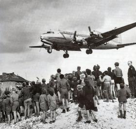 1948: Bombeflyene kommer med rosiner