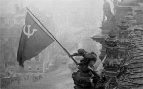 1945: Yevgeny Khaldei: Flaget hejses over Rigsdagen