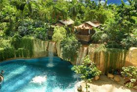 Tropisk paradis - palmer og sandstrand på en regnvejrsdag (55 km SØ)
